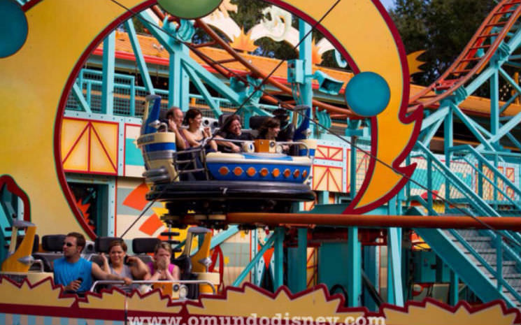 Montanha russa super legal no Animal Kingdom: Primeval Whirl.