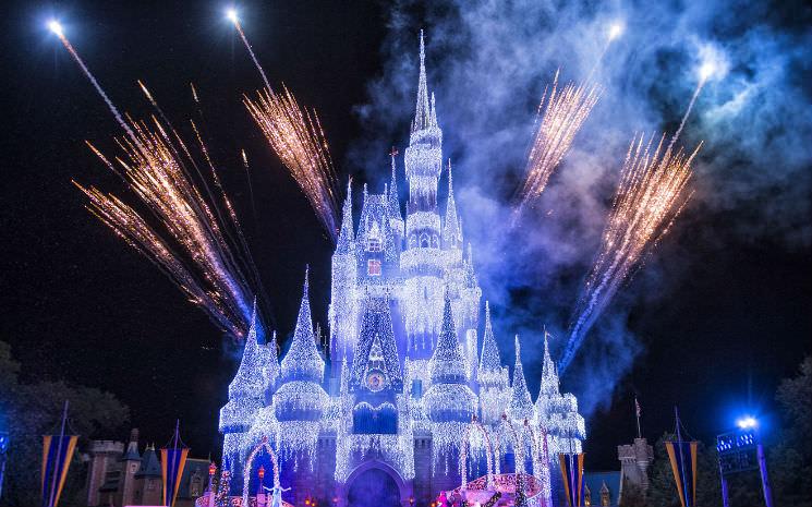 "A Frozen Holiday Wish: Elsa ""congela"" o castelo na Disney"