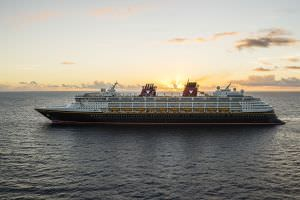 Navio da Disney The Disney Magic embodies the Disney Cruise Line tradition of blending the elegant grace of early 20th century transatlantic ocean liners with contemporary design to create a stylish and spectacular cruise ship. On the Disney Magic, guests can experience new adventures, explore re-imagined areas and discover exciting additions for the whole family. (Matt Stroshane, photographer)